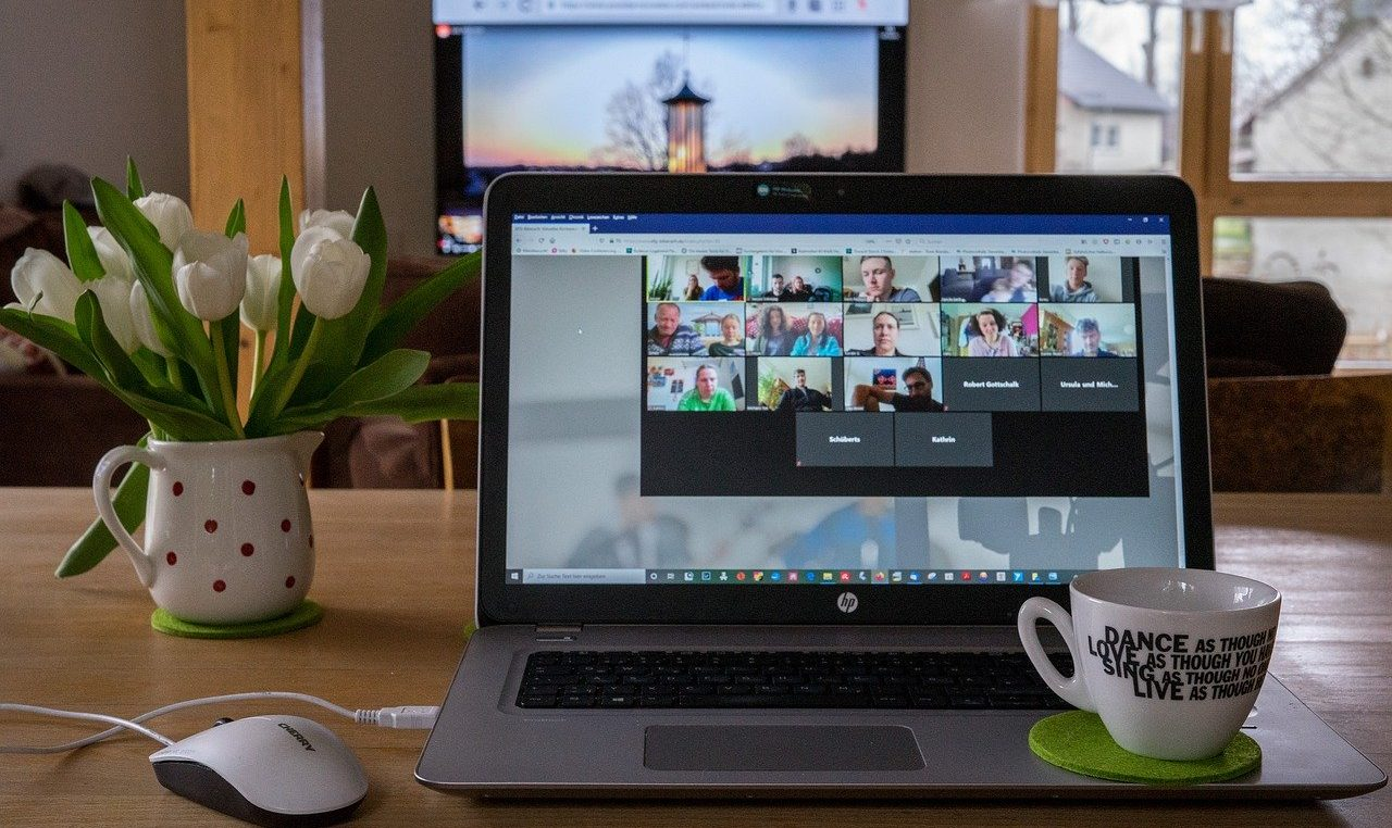Online konferenciát ábrázoló kép.